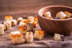 Солёная закуска партии в деревянном шаре на естественном джуте Стоковые Фотографии RF