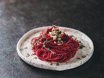 Спагетти бураков и тимиана с семенем тыквы стоковая фотография