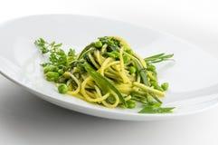 Спагетти блюда макаронных изделий с травами и veggies весны Стоковое Изображение RF