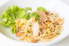 Спагетти зажаренные Stir с цыпленком и яичком и яичко стоковые фото