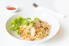 Спагетти зажаренные Stir с цыпленком и яичком и яичко стоковое фото