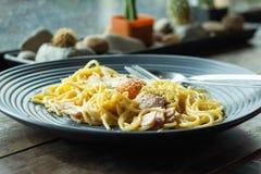 Спагетти, зажаренный сыр на черной плите на таблице Стоковое фото RF