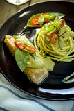 Спагетти и зеленый соус карри Стоковая Фотография RF