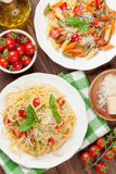 Спагетти и макаронные изделия penne с томатами и базиликом стоковые изображения rf