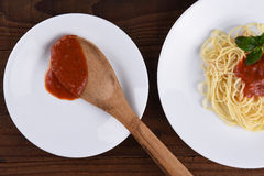 Спагетти и соус на белых плитах Стоковые Фото
