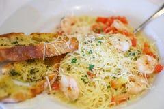 Спагетти, который служат с креветкой и томатами Стоковые Изображения