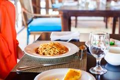 Спагетти Ла Bolognese в белой плите стоковое изображение rf