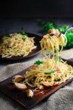 Спагетти макаронных изделий с морепродуктами в сметанообразном соусе на деревянном столе Стоковое Фото