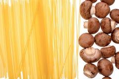 Спагетти макаронных изделий и champignons грибов, изолированные на белой предпосылке Стоковая Фотография RF