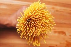 Спагетти на деревянной таблице Стоковое Изображение RF