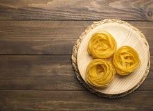 Спагетти на деревянном шаре скопируйте космос Стоковая Фотография RF