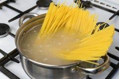 Спагетти сваренные в кипятке на газовой плите Традиционная итальянская еда Стоковое Изображение RF
