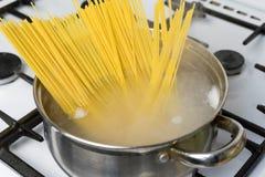 Спагетти сваренные в кипятке на газовой плите Традиционная итальянская еда Стоковые Изображения