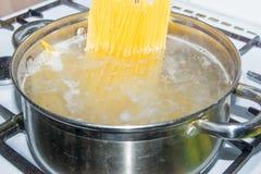 Спагетти сваренные в кипятке на газовой плите Стоковые Фотографии RF
