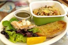 Спагетти, смешанный зеленый салат и комплект обеда цыпленка Стоковые Изображения