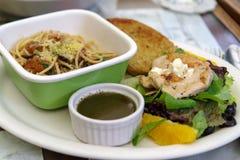 Спагетти, смешанный зеленый салат и комплект обеда цыпленка Стоковые Изображения RF