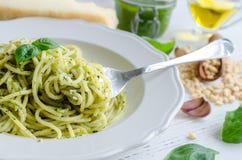 Спагетти с домодельным соусом песто стоковые фото