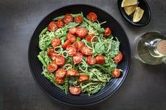 Спагетти с зажаренными в духовке томатами и Pesto спаржи Стоковое фото RF