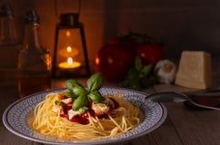 Спагетти с моццареллой и томатным соусом стоковые изображения rf