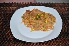 Спагетти с мясом и смешанными овощами Стоковые Изображения RF