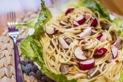 Спагетти с овощами и частями мяса хлопья штанги diet пригодность Стоковое Изображение