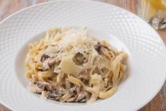 Спагетти с соусом сыр пармесана грибов сметанообразным стоковые изображения rf