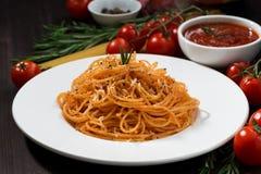 Спагетти с томатным соусом на деревянном столе, крупным планом Стоковые Фотографии RF