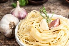 Спагетти с чесноком и розмариновым маслом. Натуральные продукты Стоковая Фотография