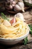 Спагетти с чесноком и розмариновым маслом. Органический whit foodSpaghetti Стоковая Фотография RF