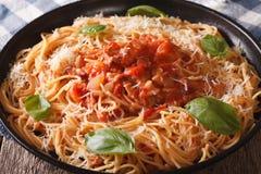 Спагетти с Amatriciana Sauce конец-вверх на плите горизонтально стоковые фотографии rf