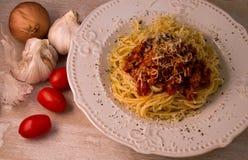 Спагетти с bolognese соусом и пармезаном стоковая фотография rf