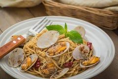 Спагетти с clams в соусе черного перца на плите Стоковое Изображение