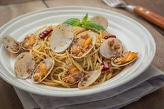 Спагетти с clams в соусе черного перца на плите Стоковая Фотография