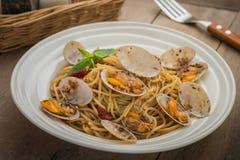 Спагетти с clams в соусе черного перца на плите Стоковые Изображения