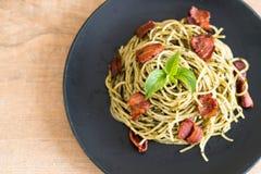 Спагетти с pesto и беконом базилика стоковые изображения