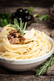 Спагетти с sause. Натуральные продукты Стоковые Фотографии RF