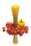 Спагетти, томаты вишни и перцы на белом острословии предпосылки Стоковое Изображение