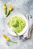 Спагетти цукини с базиликом Вегетарианские vegetable низкие макаронные изделия карбюратора Лапши или zoodles цукини стоковая фотография