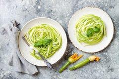 Спагетти цукини с базиликом Вегетарианские vegetable низкие макаронные изделия карбюратора Лапши или zoodles цукини стоковые изображения rf