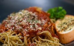 Спагетти цыпленка с хлебом испеченным чесноком стоковые фотографии rf