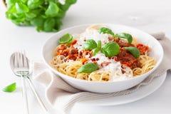 Спагетти bolognese с базиликом и пармезаном, итальянскими макаронными изделиями стоковая фотография rf