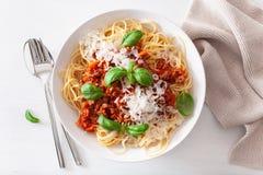 Спагетти bolognese с базиликом и пармезаном, итальянскими макаронными изделиями стоковые фото