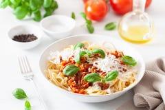 Спагетти bolognese с базиликом и пармезаном, итальянскими макаронными изделиями стоковое изображение rf