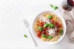 Спагетти bolognese с базиликом и пармезаном, итальянскими макаронными изделиями стоковая фотография