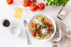 Спагетти bolognese с базиликом и пармезаном, итальянскими макаронными изделиями стоковое фото rf