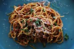 Спагетти Bolognese с семенить говядиной и томатным соусом гарнированными с сыром пармезан и базиликом, взглядом сверху итальянско стоковые изображения