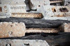 Спад слипера конкретный и черный деревянный стоковое изображение rf