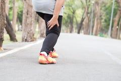 Спазм пока jogging, концепция ушиба спорта Стоковое Изображение