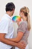 спальня выбирая пар цвета красит их к стоковые фотографии rf
