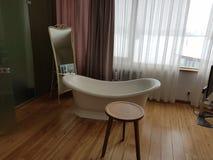 Спальня дизайн-отеля с ванной стоковая фотография rf